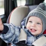 Posizionare correttamente i bambini in auto
